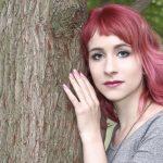 Amy lauscht am Baum