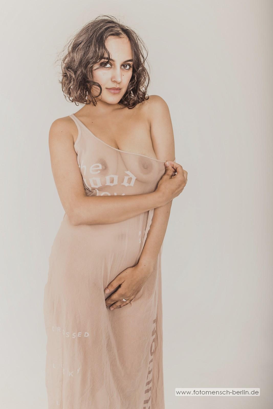 Yasmeena im Kleid
