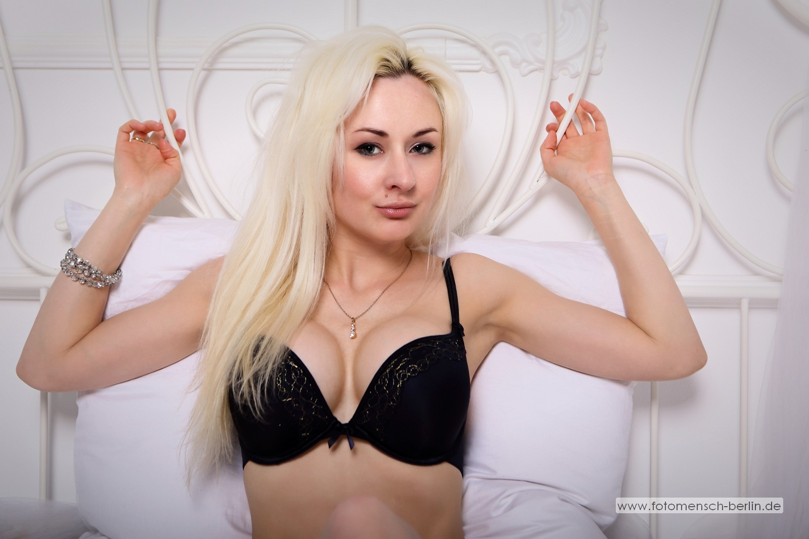 Olga im Bett in schwarz