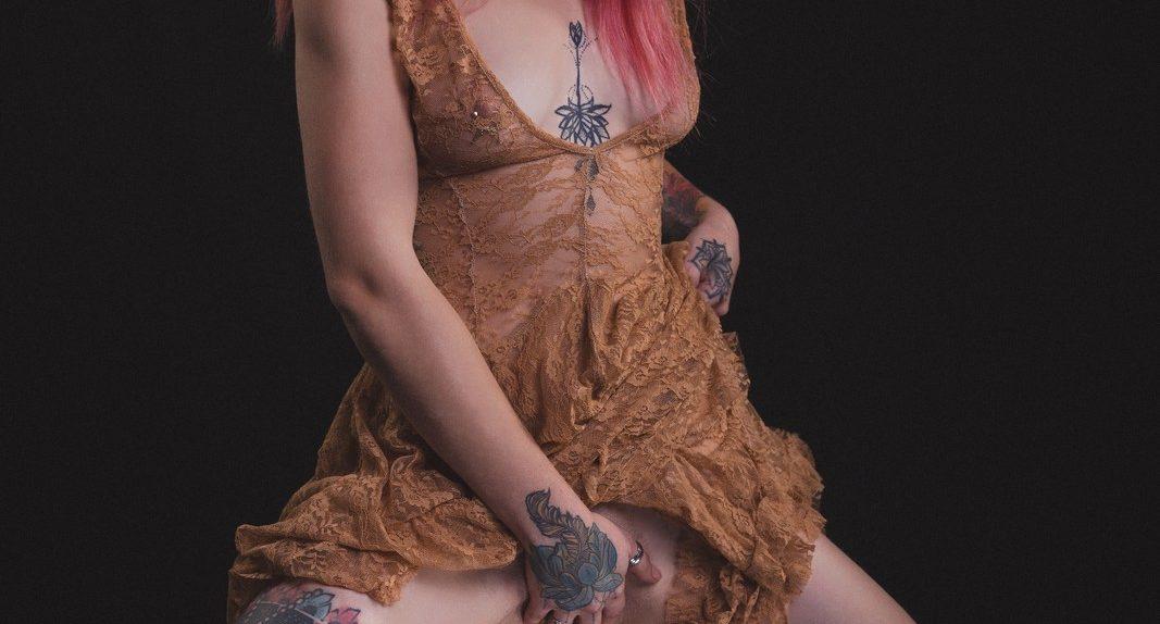 Luuna im braunen Kleid mit Spiegel
