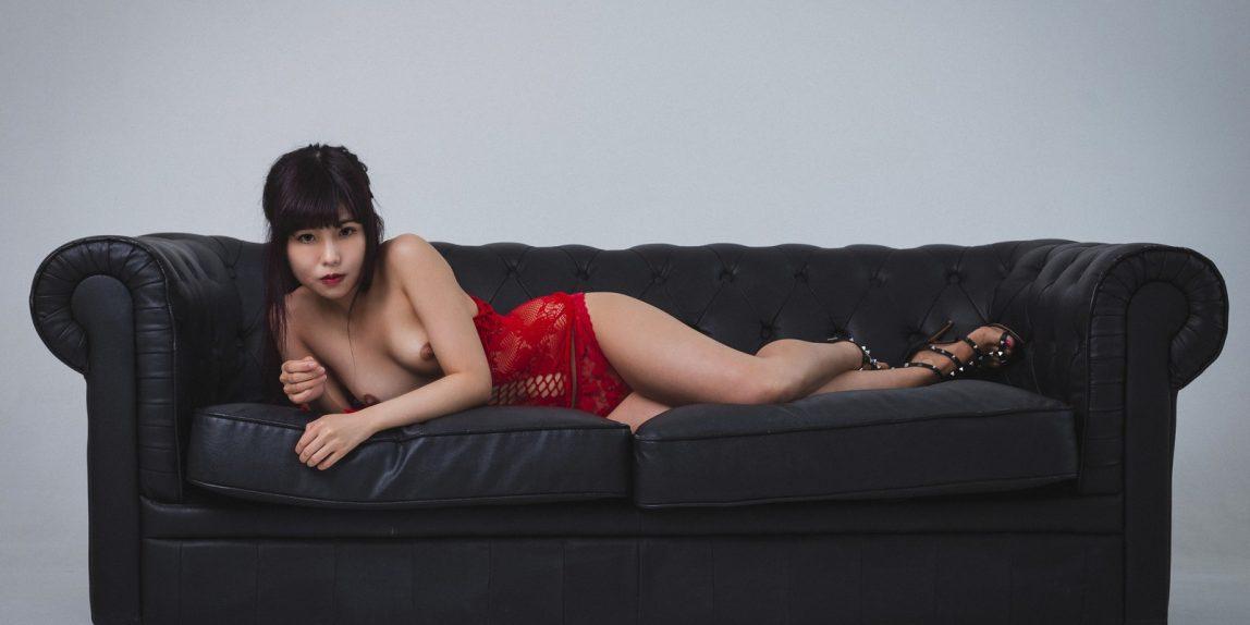Miyu in rot auf der Couch