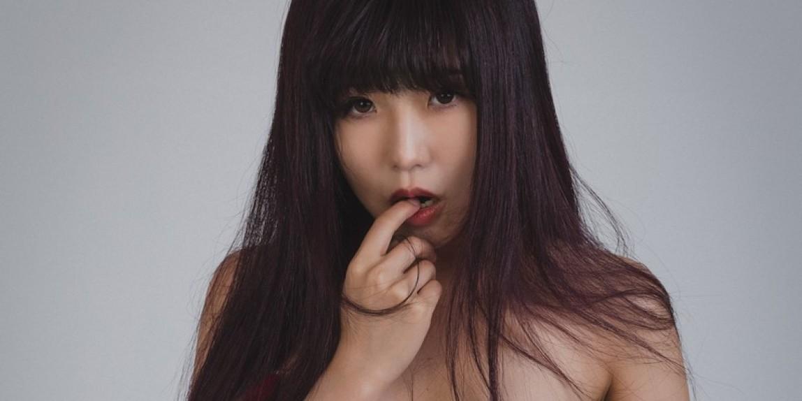 Miyu mit roten Hosenträgern