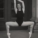 Anna tanzt vor dem Konzerthaus Berlin