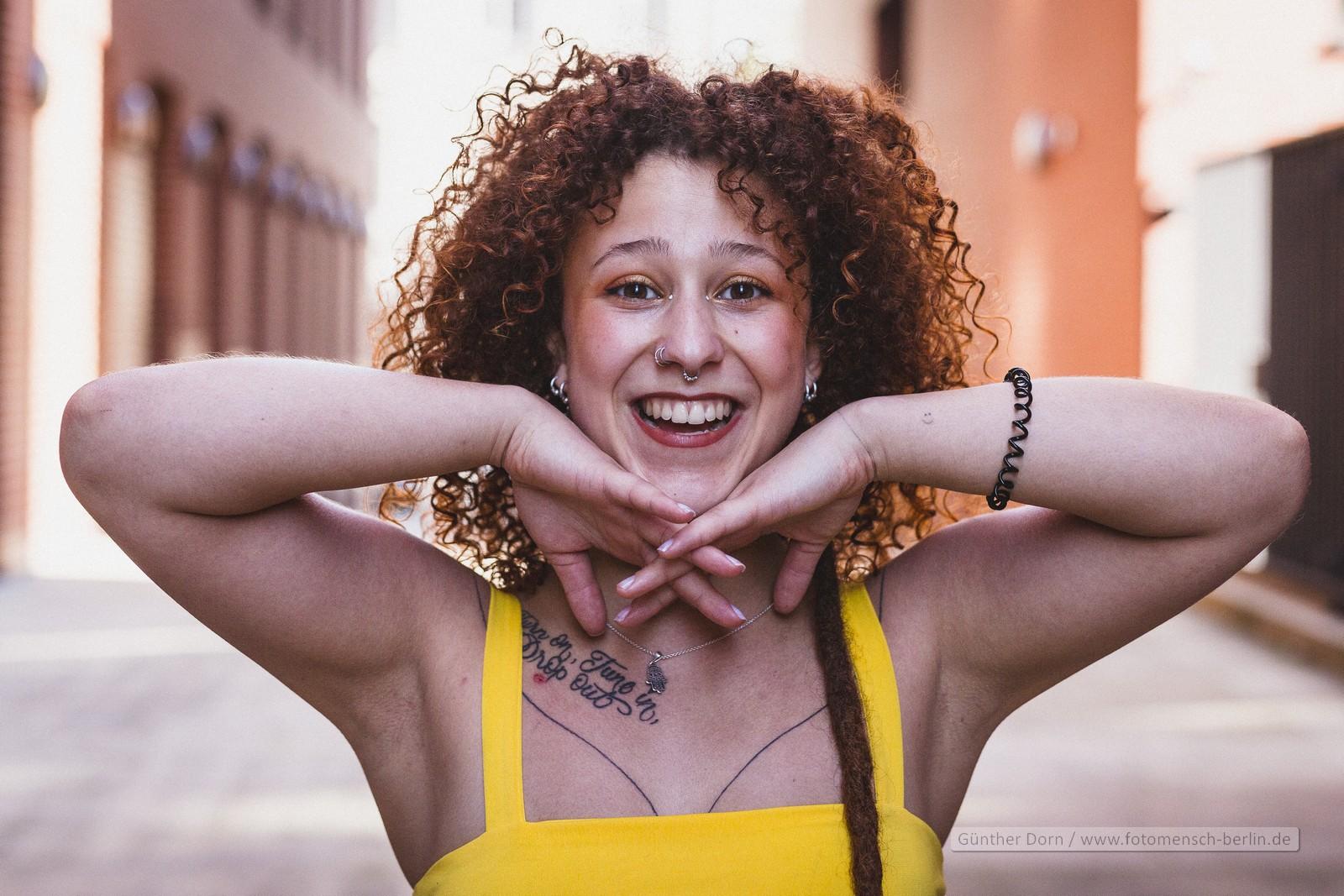 Larissa in gelb