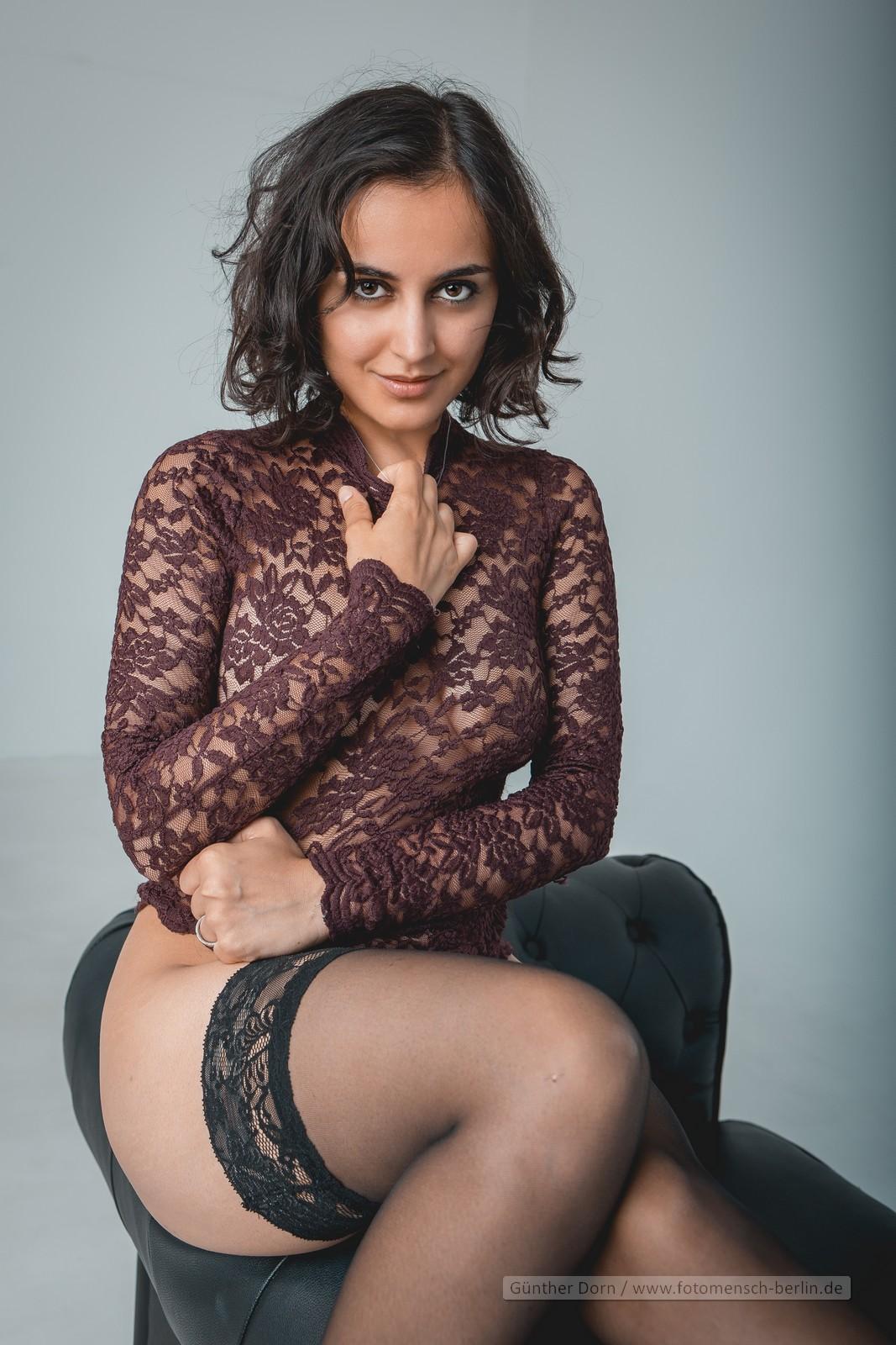 Yasmeena auf der Couch in burgund