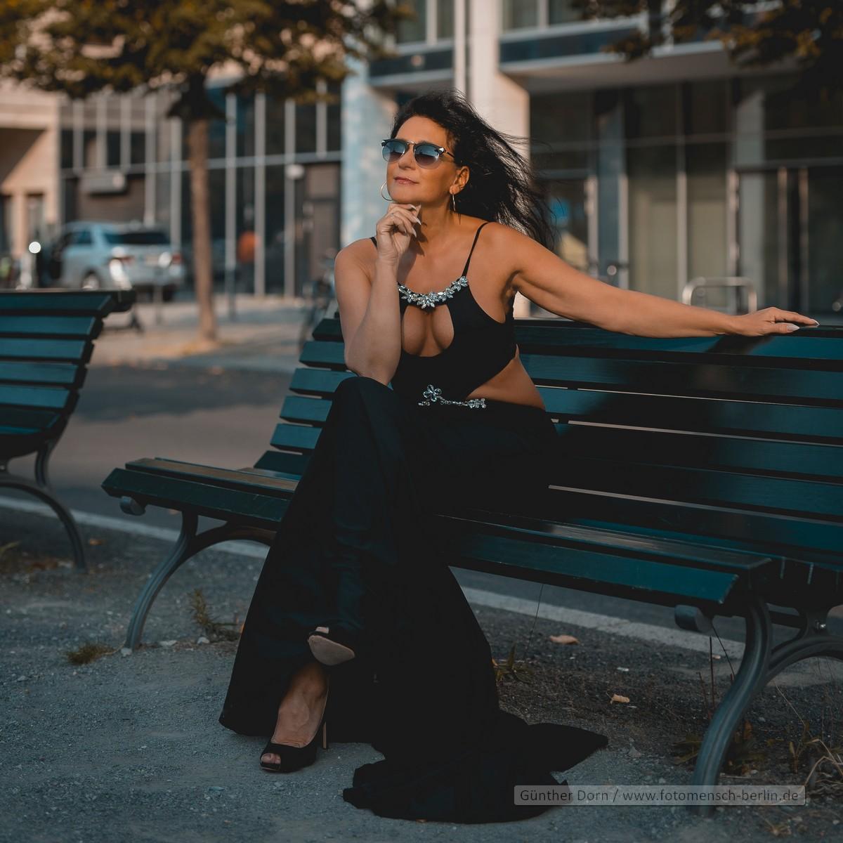 Svea auf der Parkbank